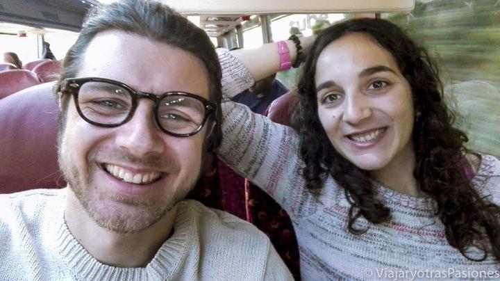 Pareja en el bus para ir de Londres a Oxford, Inglaterra