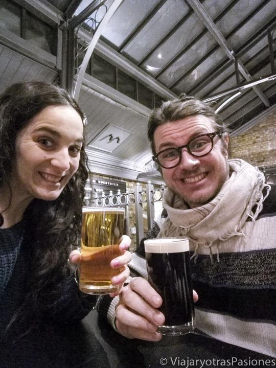Pareja bebiendo la famosa cerveza inglesa en un famoso pub de Camden Town