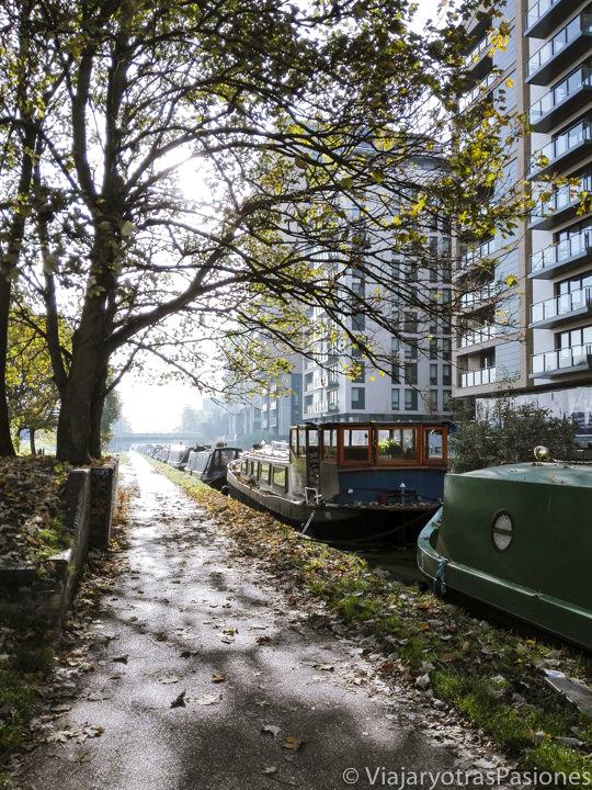Típicos barcos en el Regent canal en Mile End, Londres