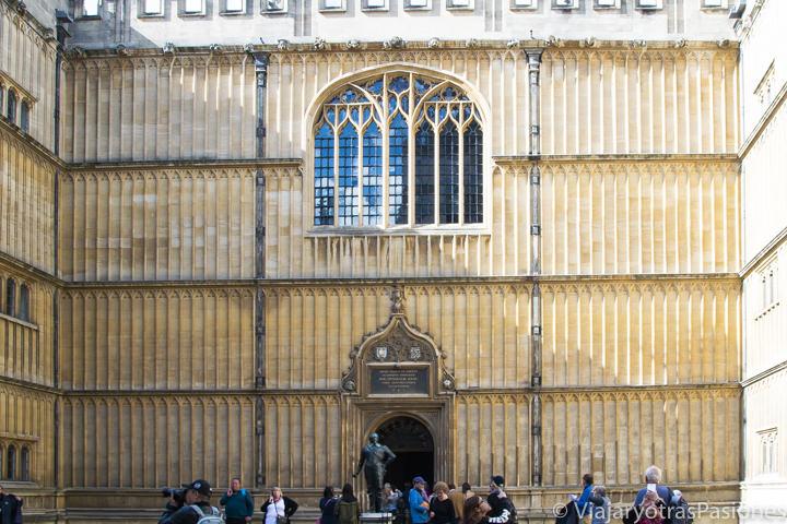 Espectacular entrada de la Biblioteca Bodleiana en Oxford, Inglaterra
