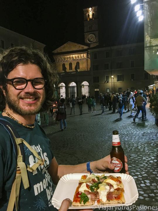Comiendo pizza en Piazza Santa Maria in Trastevere en Roma, Italia