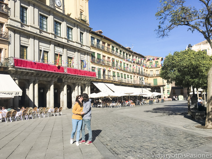 Pareja en la famosa Plaza Mayor de Segovia, España
