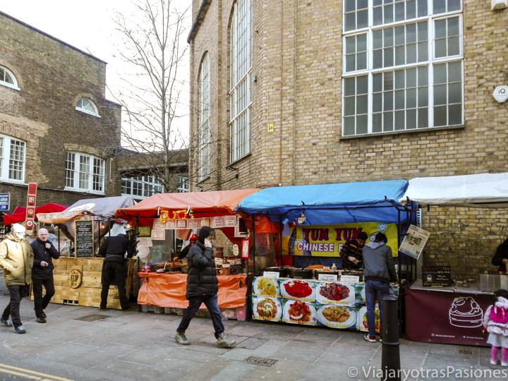 Típicos puestos de comida buena y barata en Brick Lane, Londres