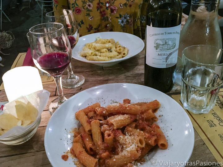 Comiendo típica comida romana en el barrio de Trastevere en Roma