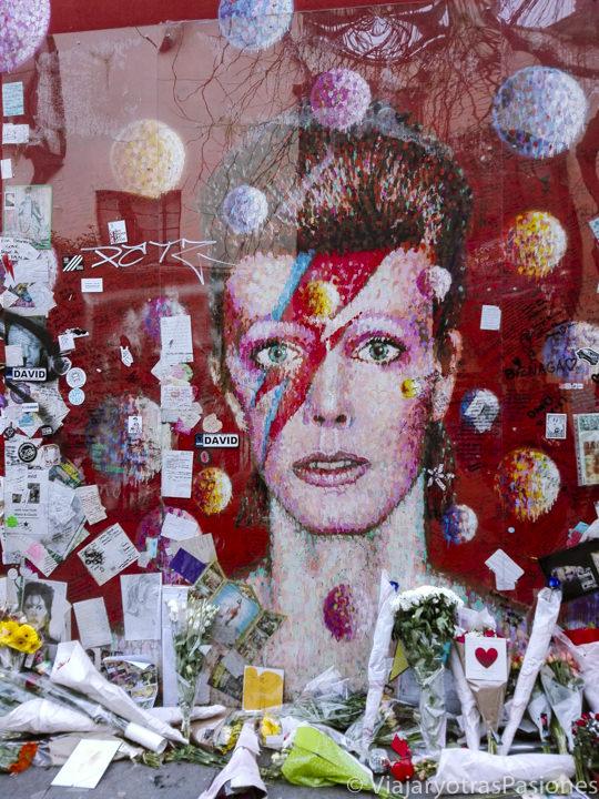 Detalle del mural dedicado a David Bowie en Brixton, Londres, Reino Unido