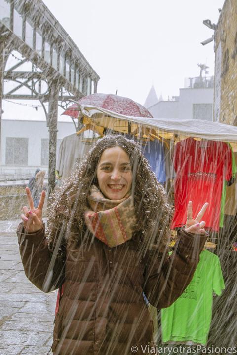 Bajo una tormenta de nieve en el mercado de Camden Town en Londres, Inglaterra