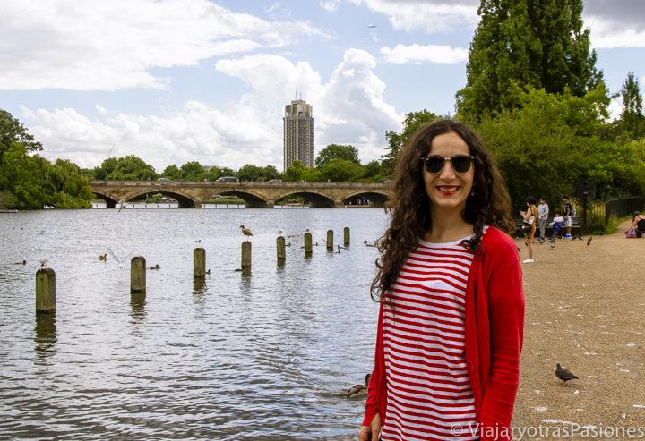 Panorama a las orillas del lago Serpentine en el célebre Hyde Park en Londres