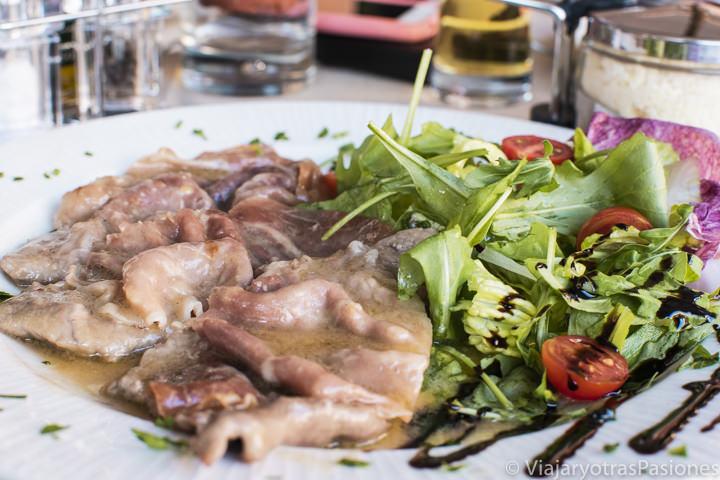 Delicioso plato de saltimbocca en el restaurante Bernini en Piazza Navona, Roma
