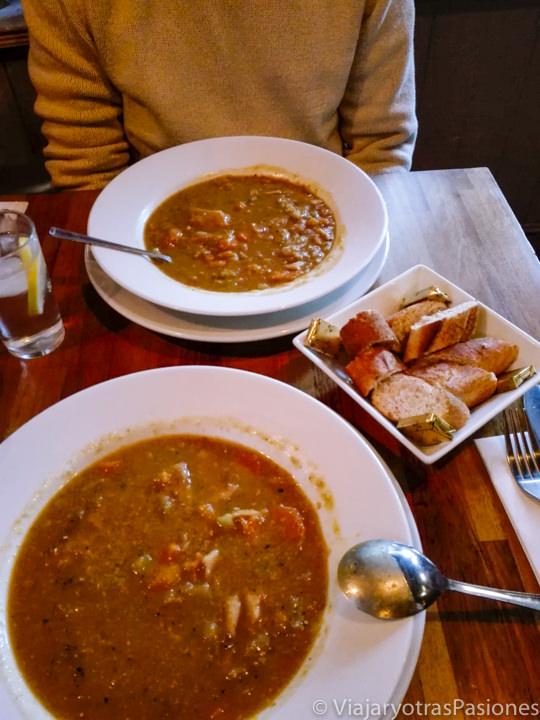 Deliciosa y consistente sopa tradicional en un pub de Londres, Inglaterra