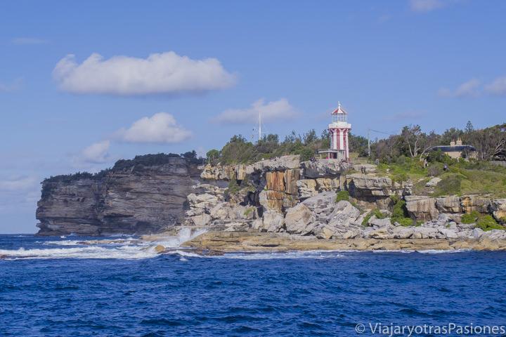 Espectacular vista desde el agua de la South Head en el Sydney Harbour, Australia