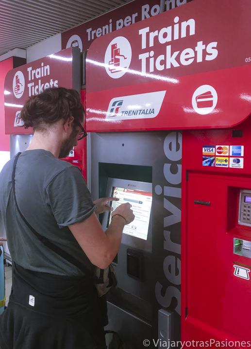 Máquina para comprar los billetes del tren para ir del aeropuerto de Fiumicino a Roma