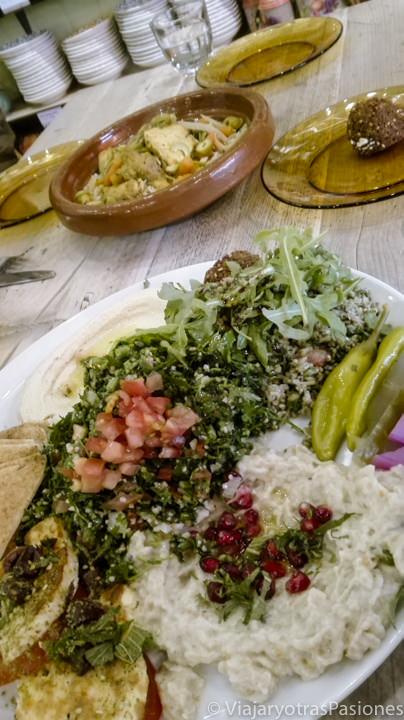 Típica mesa con comida libanesa del restaurante Comptoir Libanais en Londres