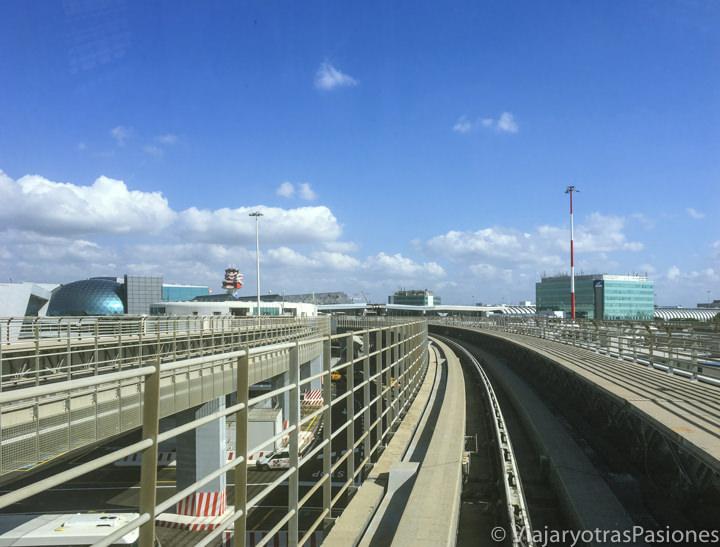 Vista desde el trenecito que une los terminales del aeropuerto de Fiumicino, Italia