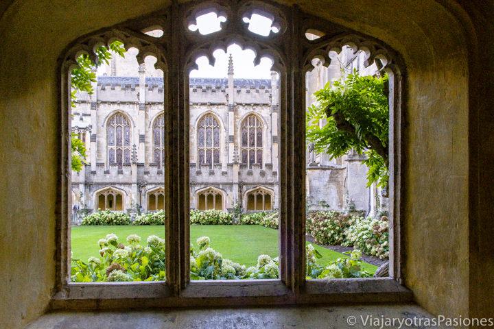 Bonito claustro interior en el Magdalen College en Oxford, Inglaterra