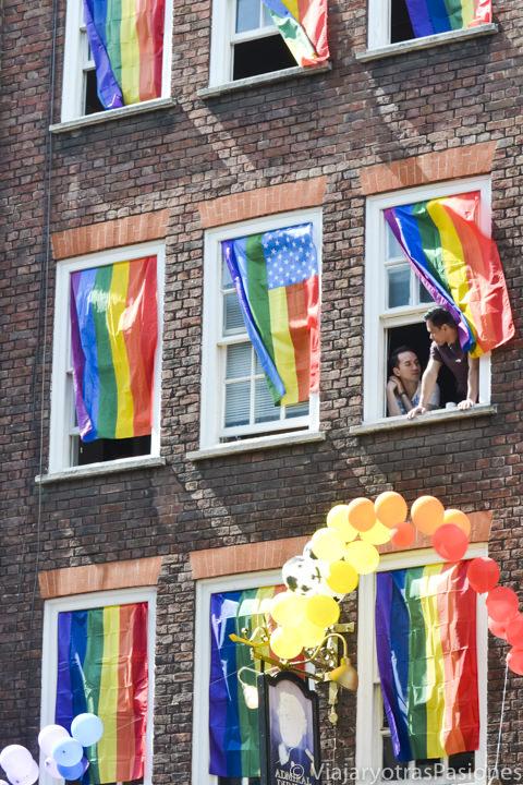 Ventanas decoradas con la banderas del orgullo gay en Londres, Londres