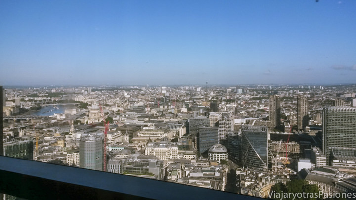 Espectacular vista desde el restaurante Duck and Waffle en la City de Londres, Inglaterra