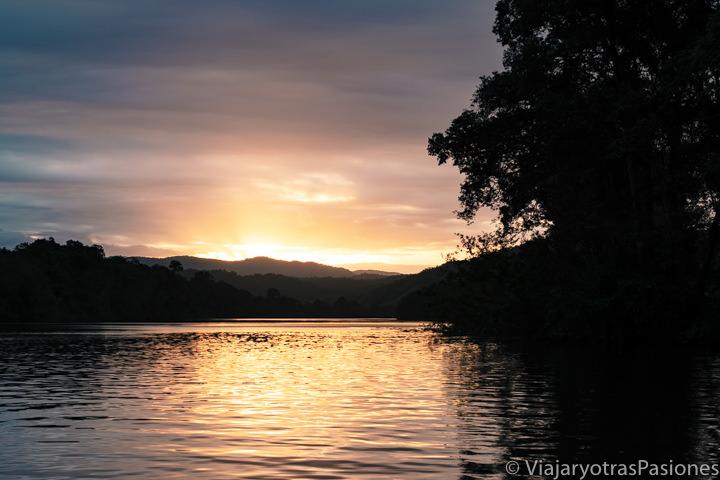 Magnífico atardecer en el Daintree River en el Queensland del Norte, Australia