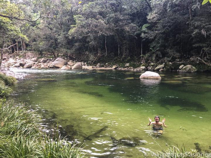 Haciendo el baño en la hermosa Mossman Gorge en Queensland, Australia