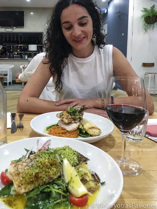 Deliciosa comida en el restaurante Saltwater en Fingal Bay, Australia