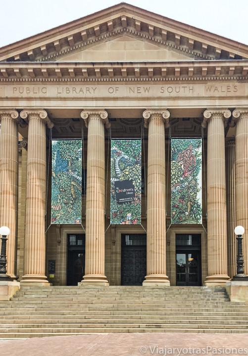 Monumental entrada de la Biblioteca Estatal de New South Wales en Sydney, Australia