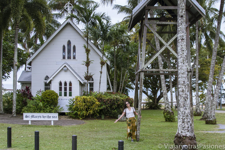 Fachada de la bonita iglesia de St Mary by the Sea en Port Douglas, cerca de Cairns, Australia