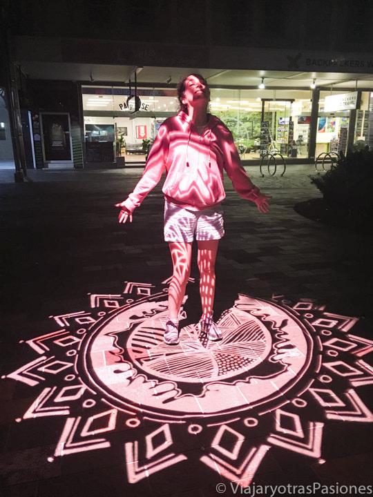 Bonitas luces nocturnas en la calle de Shield Street en Cairns, Australia