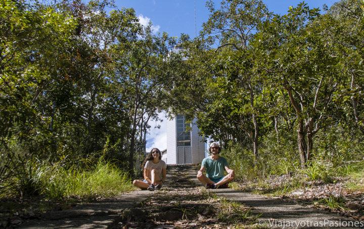 Pareja cerca del faro de Fitzroy island en Queensland, Australia