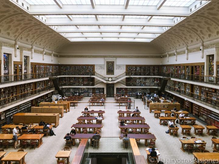 Hermosa sala principal de la Biblioteca Estatal de New South Wales en Sydney, Australia