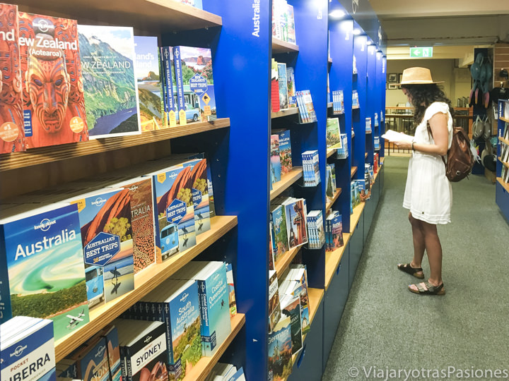 Hermoso apartado de Lonely Planet en la librería Dymocks en el CBD de Sydney, Australia