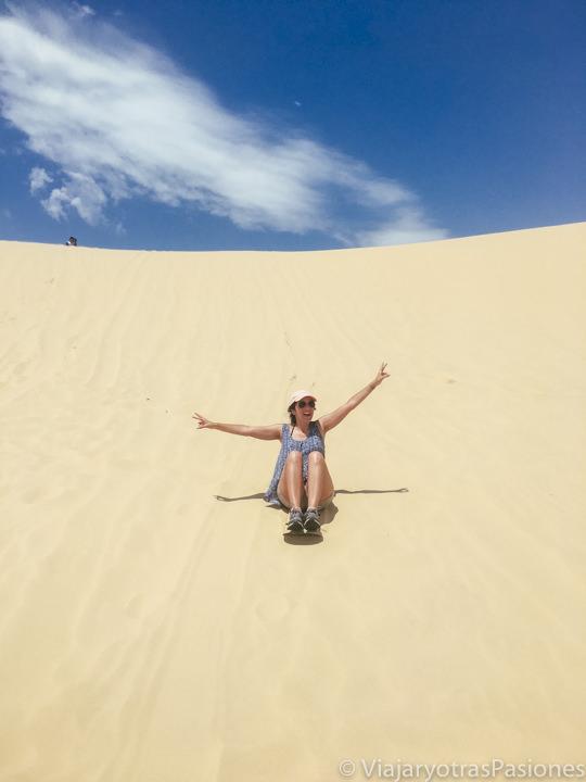 Haciendo sandboarding en las famosas dunas de Port Stephens, Australia
