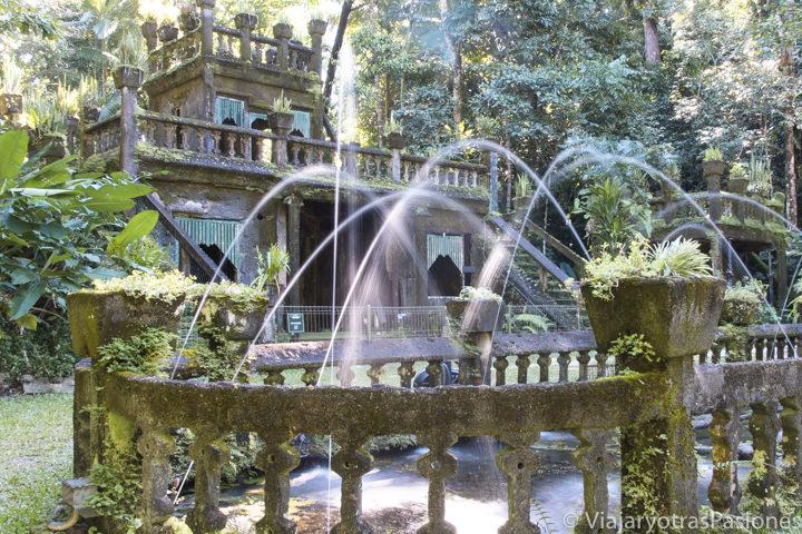 Espectacular fuente en el interior de Paronella Park en Queensland, Australia