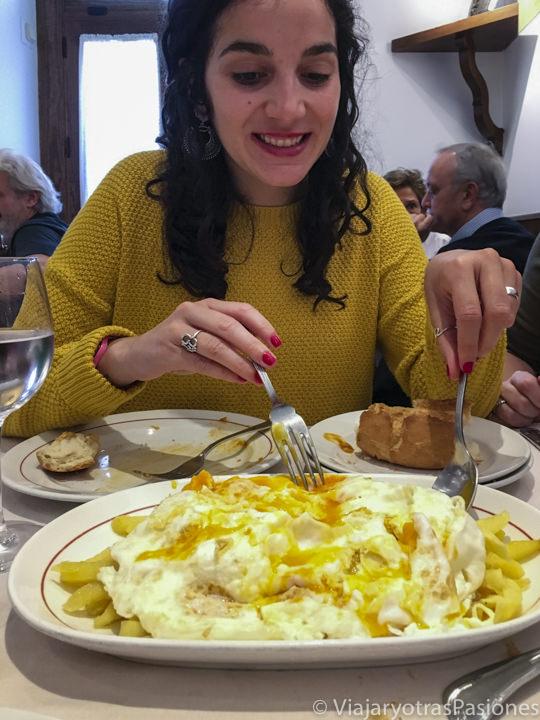 Sabroso plato de huevos rotos en el famoso restaurante Casa Lucio en Madrid, España