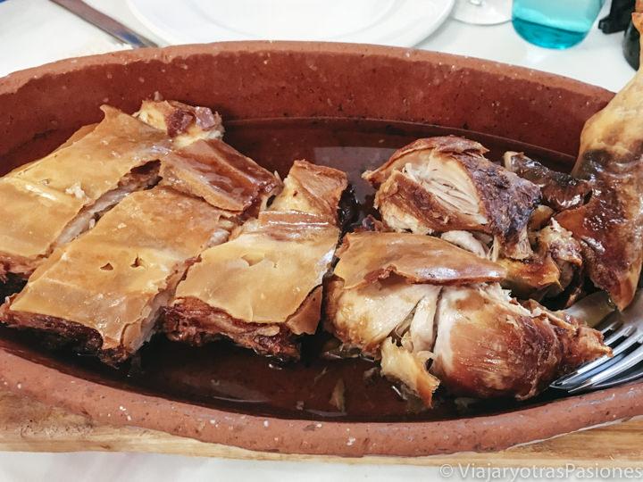 Tradicional plato de cochinillo en el restaurante el Sitio en Segovia, España