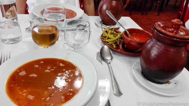 Imagen del delicioso caldo del cocido madrileño