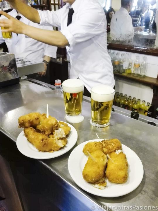 Famosas croquetas de bacalao en el centro de Madrid, España