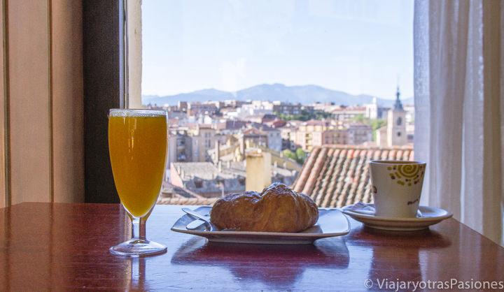 Vista panorámica haciendo desayuno en el bar Desván en Segovia, España