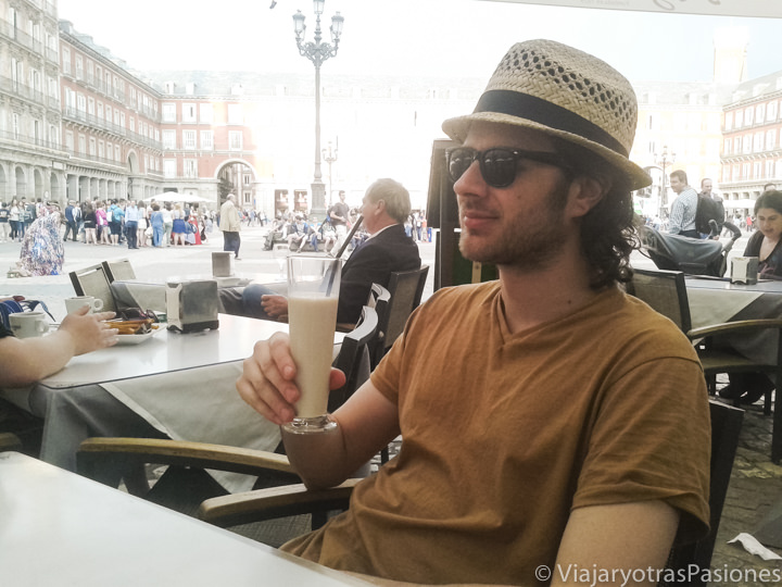 Bebiendo horchata en la Plaza Mayor de Madrid, España