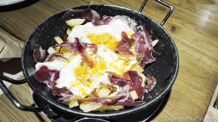 Plato de huevos rotos y jamón, en España