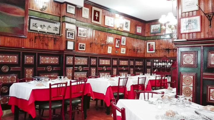 Interior del famoso restaurante La Bola a Madrid, España