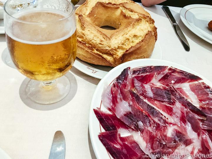Primer plano con la mas típica comida de Madrid. Cerveza, jamón y pan!