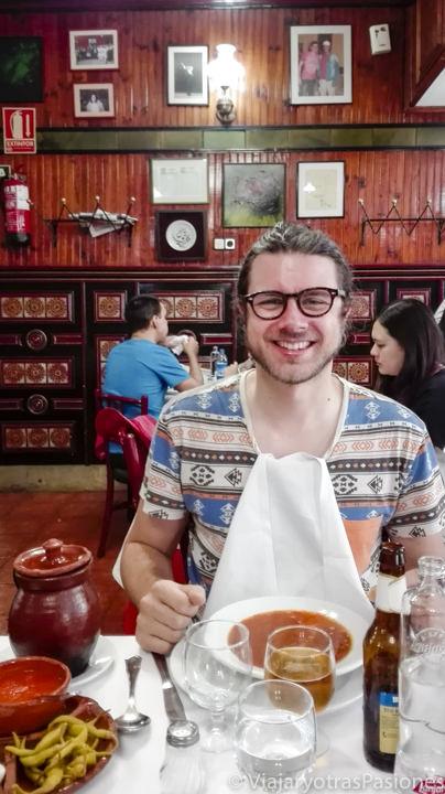 En el interior del restaurante La Bola en Madrid, España