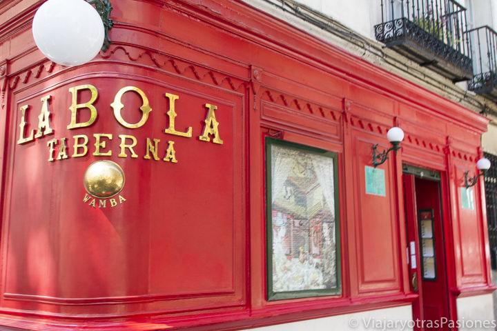 Exterior del famoso restaurante La Bola de Madrid, España