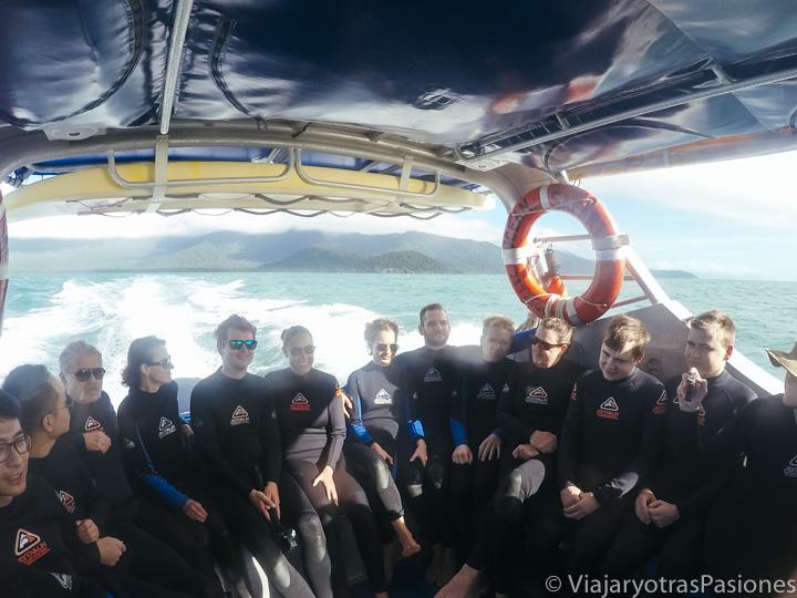 Grupo de turistas en el barco para ir a hacer snorkel en la Gran Barrera de Coral en Australia