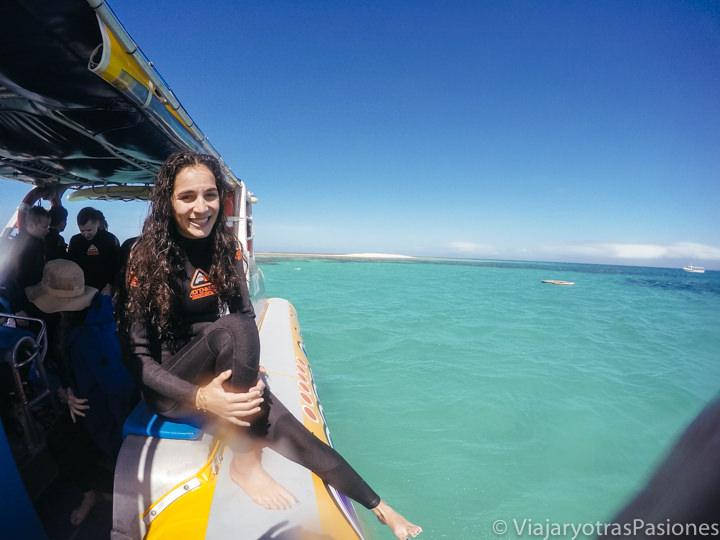Lista para hacer snorkel cerca de Cape Tribulation en la Gran Barrera de Coral, Australia