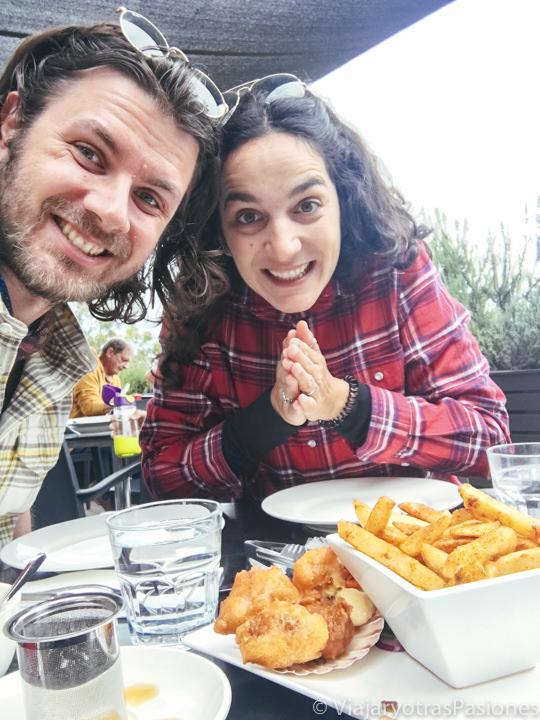 Comiendo delicioso pescado en The River Café en Tasmania