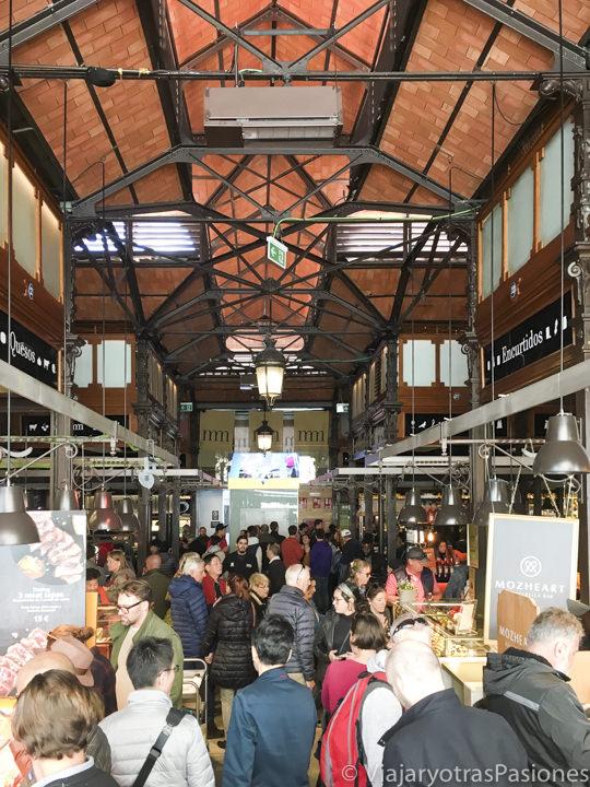 Pasillo del bonito mercado de San Miguel en Madrid, España