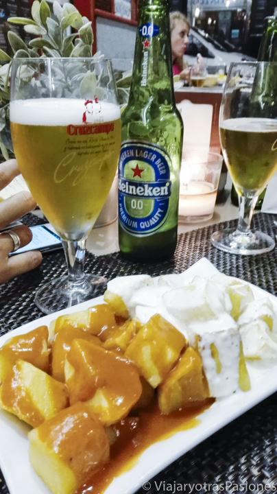 Tapas de patatas bravas y aioli en España