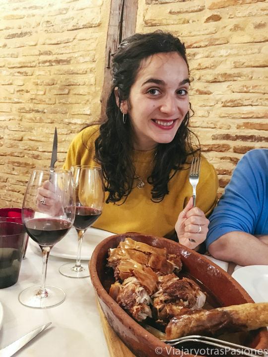 Comiendo el famoso cochinillo de Segovia, España