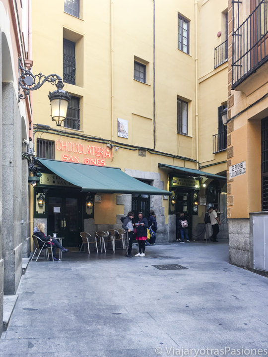 Entrada de la chocolatería San Ginés desde el típico pasadizo en el centro di Madrid