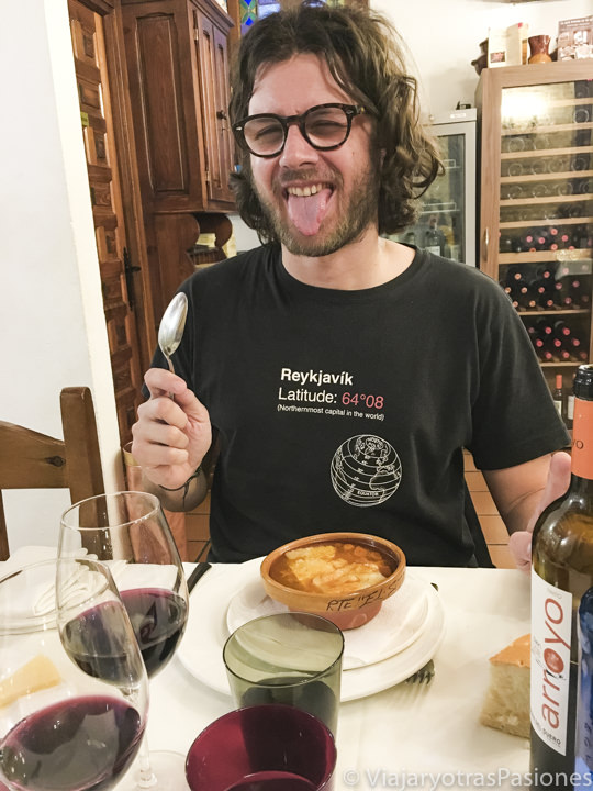 Comiendo la famosa sopa castellana en Segovia, España